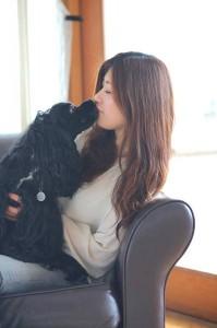 アリエルとキスする岡田代表の写真